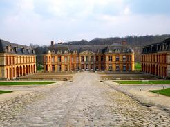 Cour du château de Dampierre