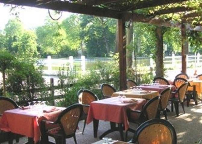Restaurant au bord du lac saint r my les chevreuse for Restaurant jardin yvelines