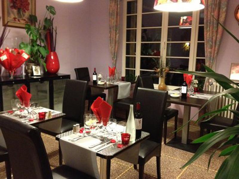 Au chant des oiseaux magny les hameaux restaurants for Table de salle a diner
